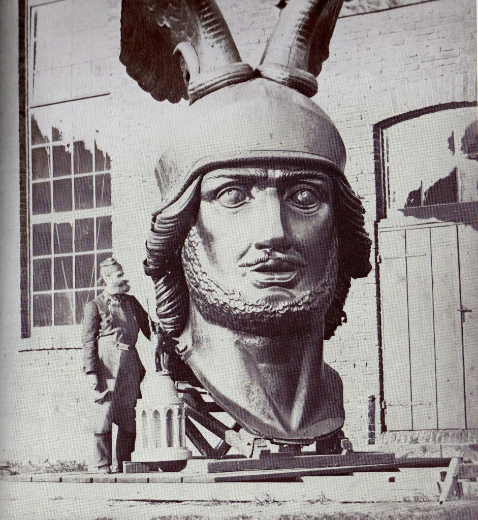 Ernst von Bandel mit dem Kopf des Hermanndenkmals.